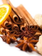 Sternanis, Zimtstangen und Orange