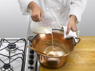 verser la crème pour la polenta de châtaigne