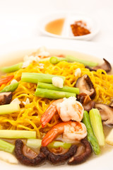 Yellow noodle fried whit shimps and vegetables