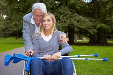 Oma mit Enkelin im Rollstuhl im Park