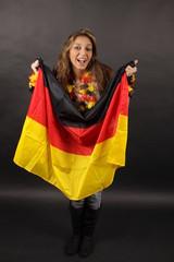 Eine junge Migrantin mit Deutschland-Flagge