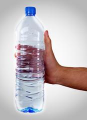 Flasche Wasser in der Hand