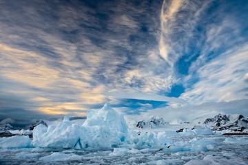 Foto auf Gartenposter Antarktika Beautiful snow-capped mountains