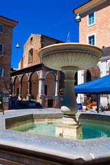 Fontana nel centro storico di Urbino