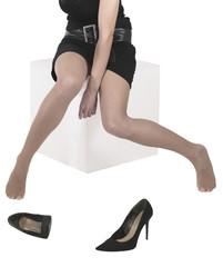 gambe sexy di donna seduta con calze a rete scarpa