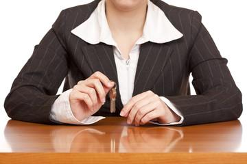 Geschäftsfrau hält Hausschlüssel in Hand für Schlüsselübergabe
