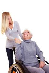 Frau reicht Rollstuhlfahrerin die Hand