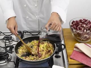 verser le vin sur la préparation en cuisine