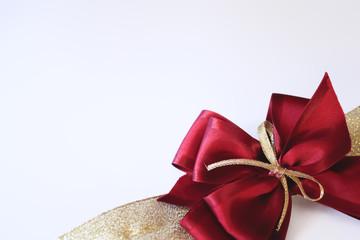 Fiocco per pacchi regalo magenta con nastro dorato
