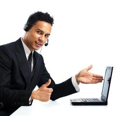 junger Geschäftsmann mit Headset und Laptop