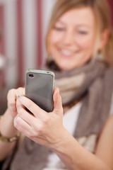 lächelnde frau mit smartphone