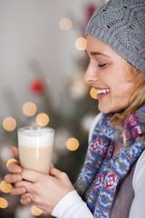 lächelnde frau wärmt sich an heißem kaffee