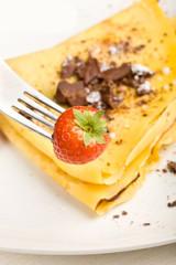 Fragola con sfondo crepes al cioccolato