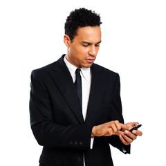 junger Geschäftsmann tippt auf Smartphone