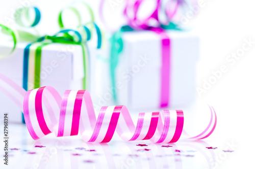 ruban cadeau rose et paquets cadeaux sur fond blanc photo libre de droits sur la banque d. Black Bedroom Furniture Sets. Home Design Ideas