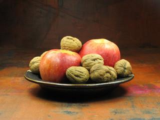 Schale mit Äpfeln und Nüssen