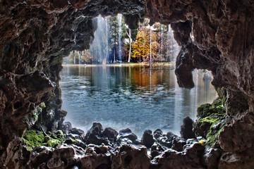 A través de la cascada