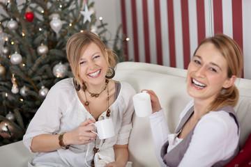 zwei freundinnen haben spaß an weihnachten