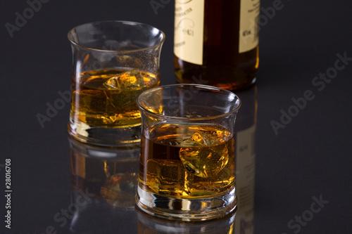 whisky mit flasche stockfotos und lizenzfreie bilder auf bild 28016708. Black Bedroom Furniture Sets. Home Design Ideas