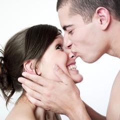 baiser de jeune couple passionné