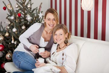 zwei freundinnen feiern weihnachten