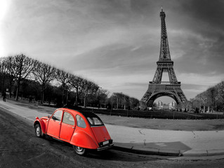 Spoed Fotobehang Rood, zwart, wit Tour Eiffel et voiture rouge- Paris