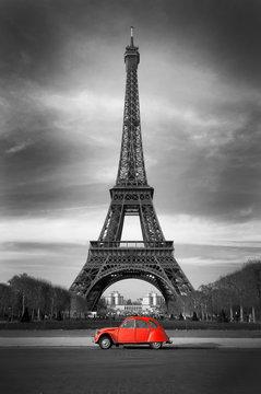 Tour Eiffel et voiture rouge- Paris