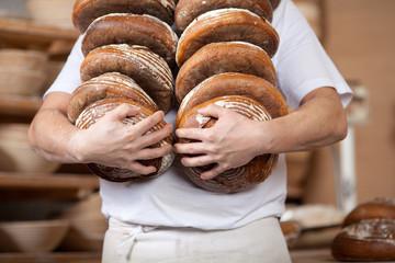 bäcker trägt knusprige brote