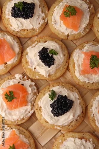 Canap s toast au saumon photo libre de droits sur la for Canape au saumon