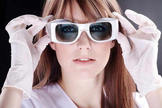 Junge Frau blickt durch Schutz Brille