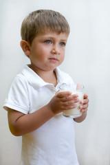 bambino con bicchiere di latte