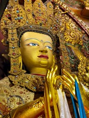 Bouddha doré dans un  monastère proche du Bouddha Stupa