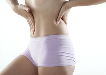 femme aux maux de ventre et dos