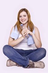 junge Frau sitzt im Schneidersitz