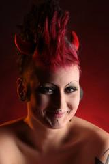 Lachende Frau mit Teufelshörnern