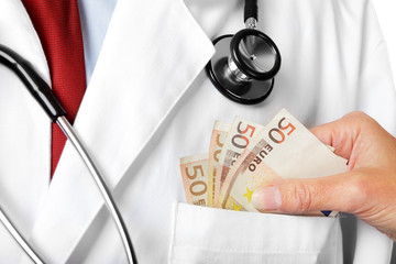 Arzt bekommt Bargeld zugesteckt