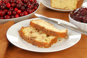 Pound cake with cranberry sauce