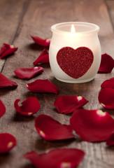 Kerze und Rosenblätter