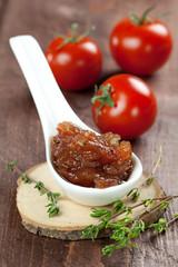 Tomatenchutney auf Löffel