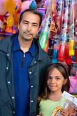 père et fille à la fête foraine