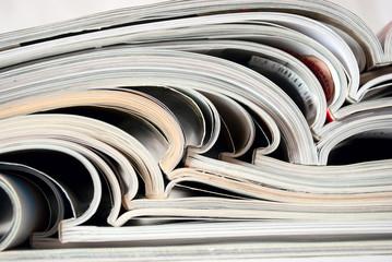 Стопка раскрытых журналов
