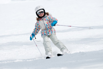 Fototapete - Little girl skiing downhill