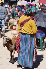 Femme guatemaltèque au marché des animaux