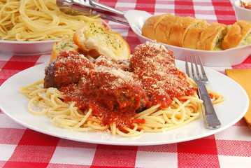 Spaghetti and garlic toast