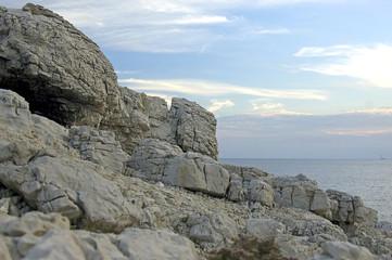Felsenküste am französischen Mittelmeer am Abend