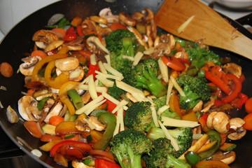 Buntes frisches Wokgemüse mit Ingwer