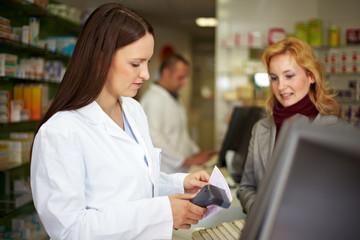 Frau löst rezeptpflichtiges Medikament ein
