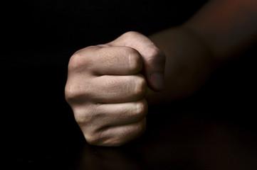黒背景に男性の握った手