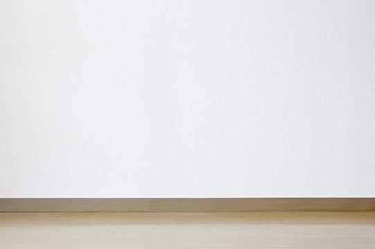 白色の壁とフローリング