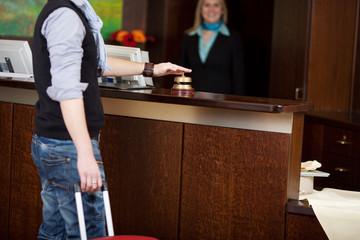 gast am empfangstresen im hotel